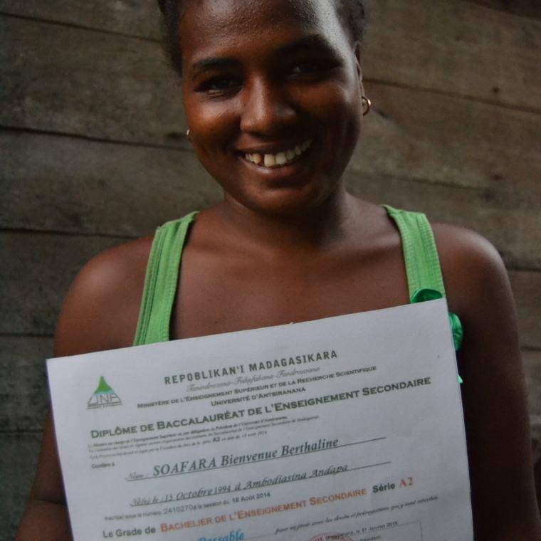 Berthaline hat ihr Baccalaureat im Sack und ist bereit für ein Studium in Antananarivo oder Diego