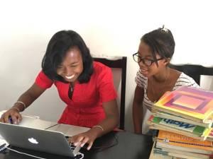 Wir stellen vor - die zwei jungen Frauen, die die Bibliothek von Iavomanitra während Wochen zusammengestellt und alles vorbereitet haben. Rova, eine Englischstudentin und Nambinina, eine unserer Stipendiantinnen, die im Dezember die Aufnahmeprüfung an die Uni macht