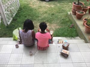 Die zwei jungen Frauen haben sich während der Arbeit angefreundet. Sie haben sehr zuverlässig alle Bücher erfasst, geflickt (die meisten Bücher sind Second Hand) und Nummern angeklebt