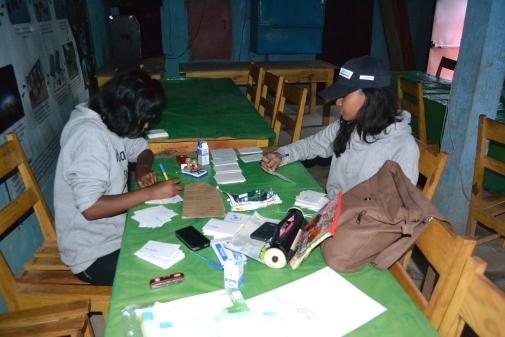Die letzten Vorbereitungen laufen. Unsere zwei Volunteers Rova und Narindra basteln Mitgliedkarten aus Karton