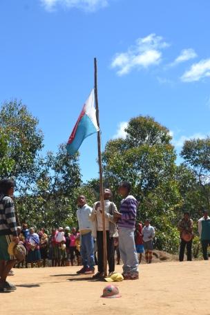 Die madagassische Flagge wird gehisst, die Hymne ertönt