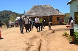 Jetzt schreiten die Dorfältesten und die Miray Fair Shop Vertreterin zur Eröffnung